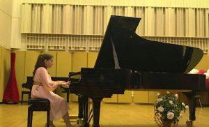 Bianca Ana Badea, micuta campioana a pianului din Romania.